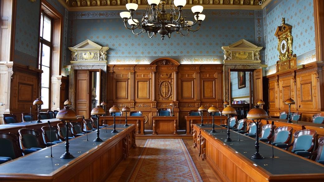 1280px-Palais_de_justice_de_Paris_-_salle_d'audience_de_la_chambre_criminelle_de_la_Cour_de_cassation